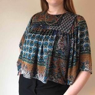 Kort flowy blus med färgglatt mönster från Zara • perfekt i vår och sommar till ett par mom jeans • i storlek M men passar även S • i jättefint skick! ☁️Frakt tillkommer☁️