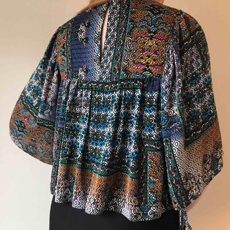 💌Frakt ingår! 💌 Kort flowy blus med färgglatt mönster från Zara • perfekt i vår och sommar till ett par mom jeans • i storlek M men passar även S • i jättefint skick!. Blusar.