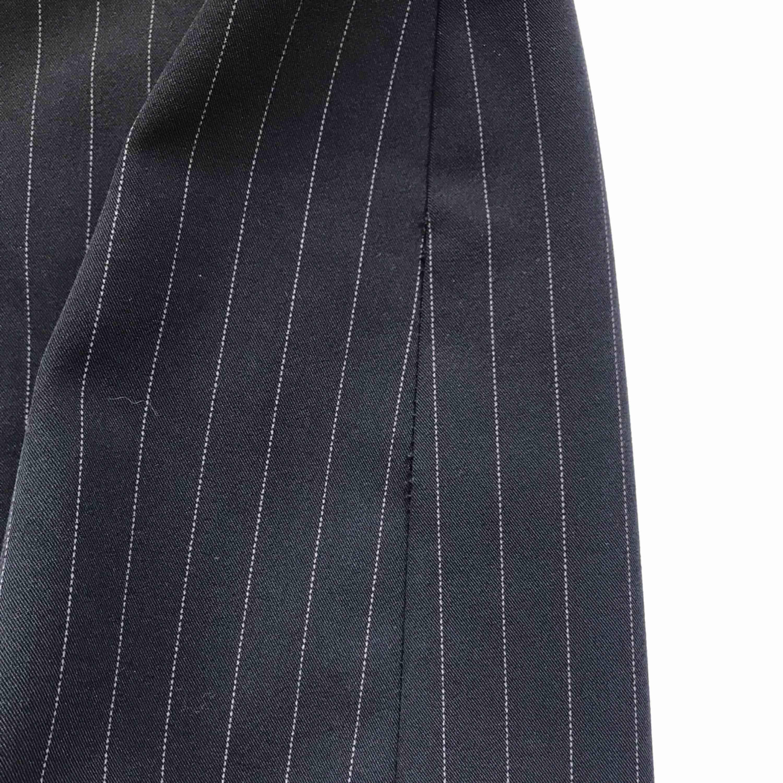 💌Frakt ingår! 💌 Superfin kritstrecksrandig 90-talskjol i svart från italienska märket Esisto di Conbipel • italiensk storlek 42 = eu 38 • lite av sömmen på ena sidan har börjat gå upp (se bild), men det borde gå att fixa med lite nål och tråd . Kjolar.