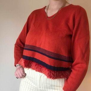 Korallröd vintage stickad tröja från Betty Barclay köpt i Frankrike • storlek 42, passar även 36/38/40 • jättegullig fluffig detalj ☁️Frakt tillkommer☁️