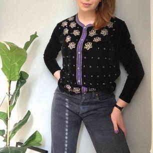 Väldigt unik vintage-tröja i sammetsmaterial • ingen märkning men passar som storlek M • svart med ett vackert mönster i lila och guld • mjukt material och i bra skick!      ☁️Frakt tillkommer☁️