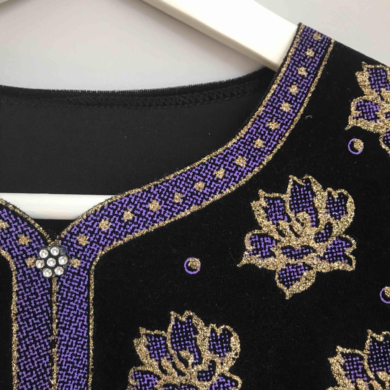 Väldigt unik vintage-tröja i sammetsmaterial • ingen märkning men passar som storlek M • svart med ett vackert mönster i lila och guld • mjukt material och i bra skick!      ☁️Frakt tillkommer☁️ . Tröjor & Koftor.
