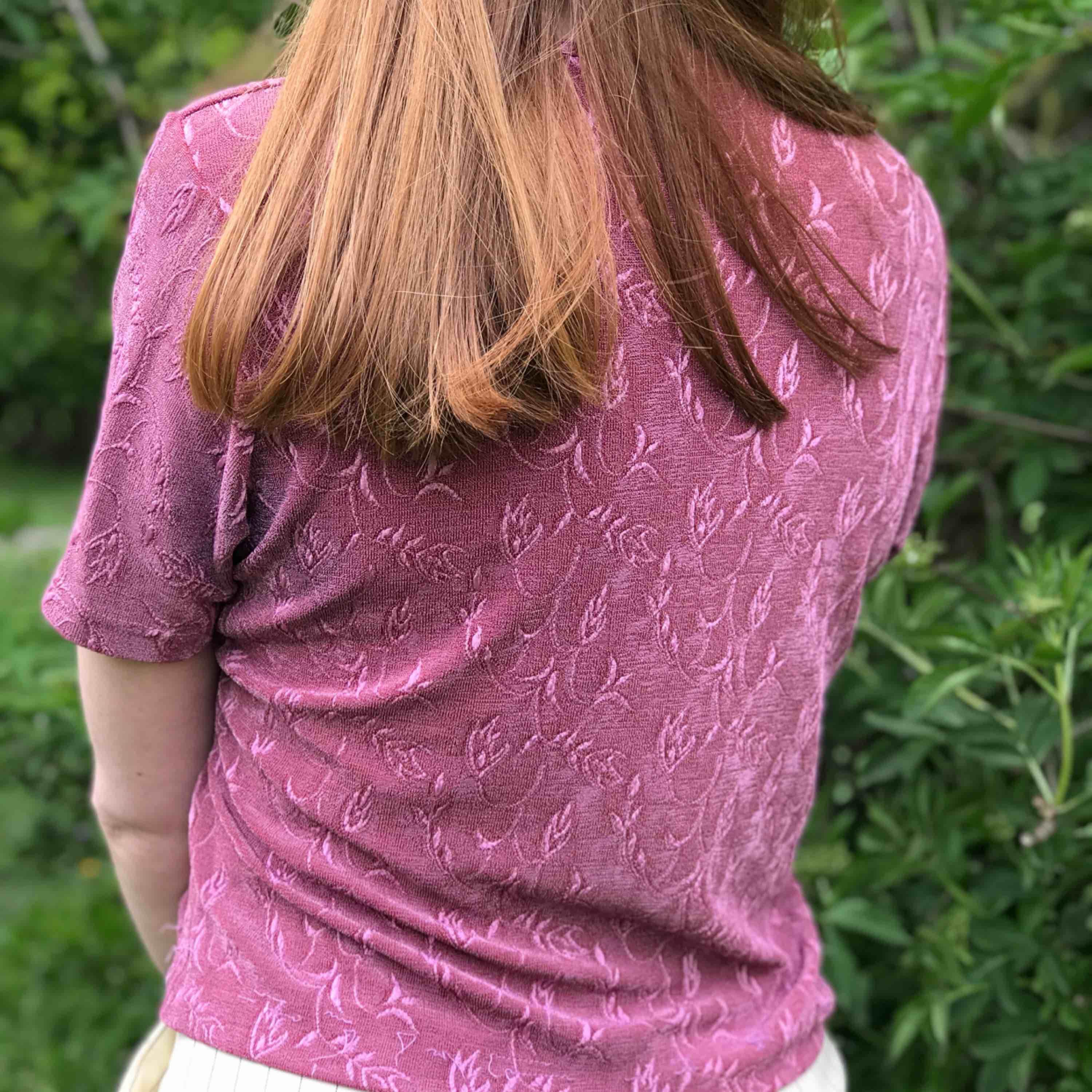 💌Frakt ingår!💌 Rosa lite glansig tröja med blommönster från KappAhl • storlek 42/44 men passar även 36/38/40. Toppar.