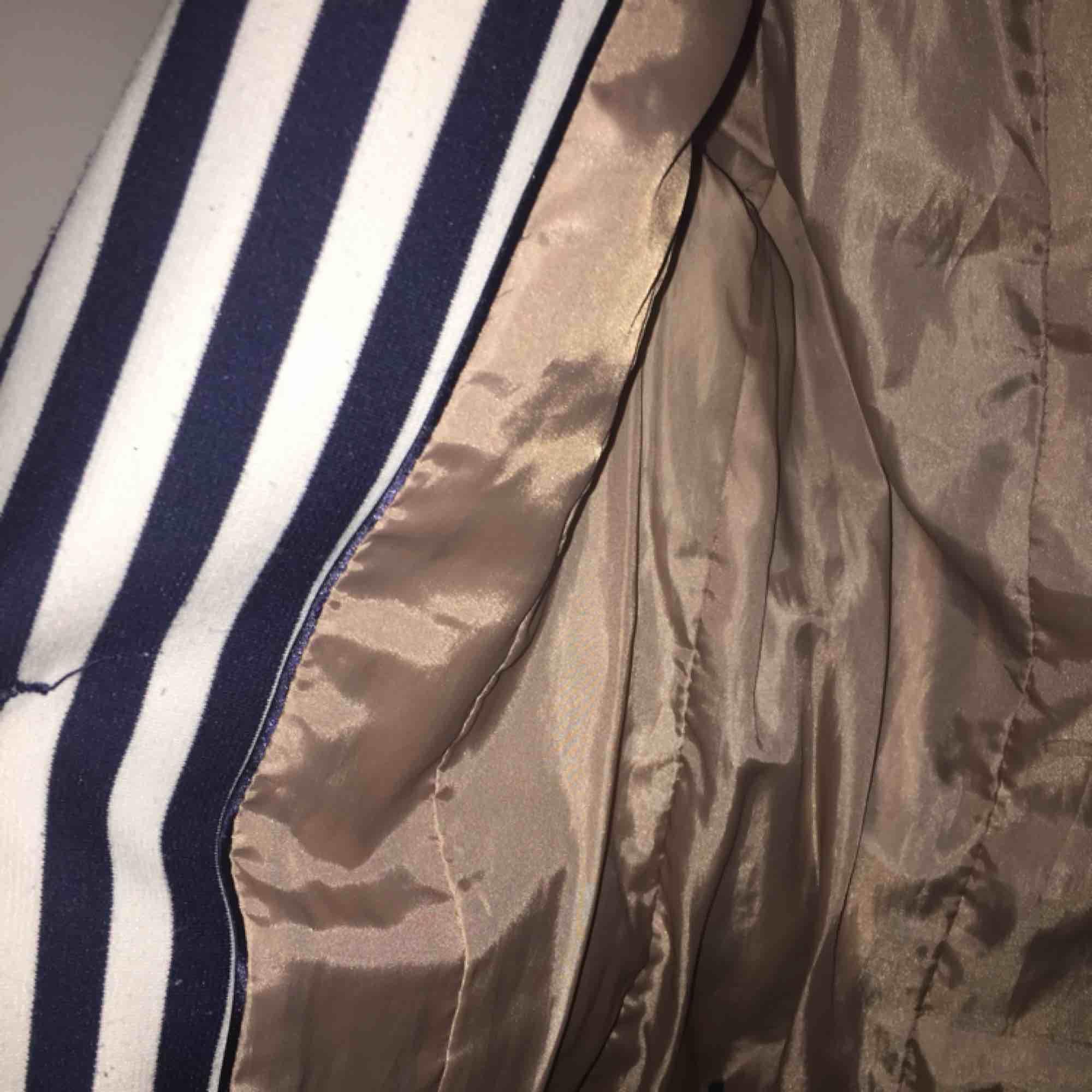 En blå, vit randig kavaj jacka från H&m. Med fake fickor och två knappar så att den går att stänga. Den är lite liten i storleken så den sitter typ som en 34. Aldrig använd. Köparen står för frakten. Vid snabb ät köp så kan frakten ingå i priset.🙂. Jackor.