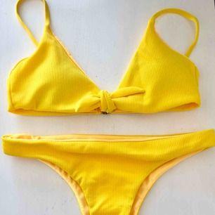 Gul bikini i storlek M. Vadderad topp med tunna band. Oanvänd