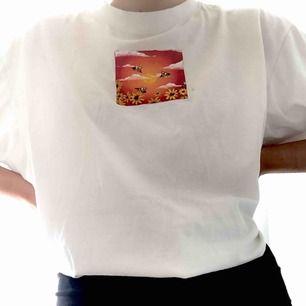 En skit snygg oversized t-shirt med ett tryck jag har målat själv💕 frakt ingår!