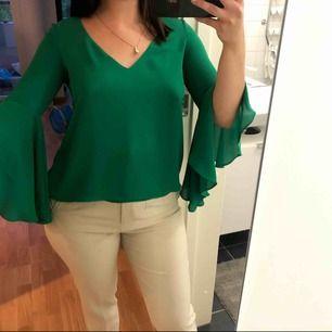 Grön finblus med öppen rygg. Köpt på Zara för något år sedan. En utav mina favoriter 🌸