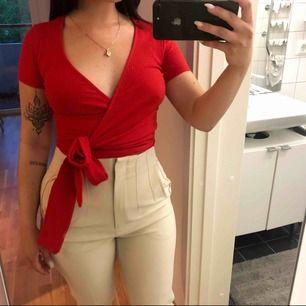 Röd knuttopp, fin även med ett linne eller spetstopp under! Köpt på Ginatricot men aldrig använd. 🌸