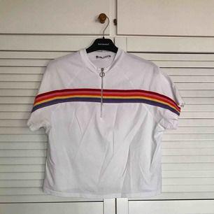 Snygg t-shirt från bershka Fina färger och dragkedje detalj🌈 Köparen står för frakt💌