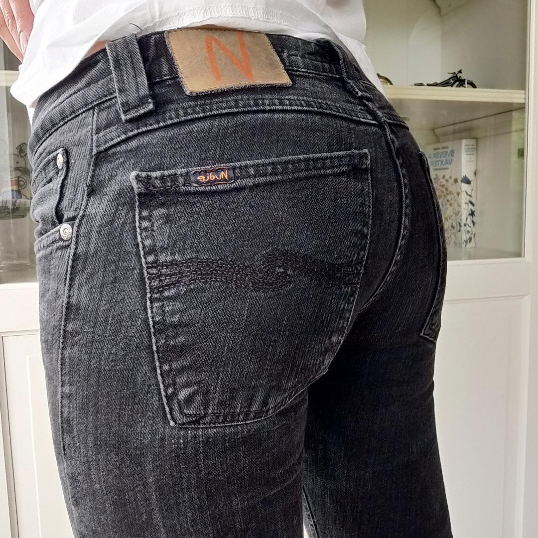 Gråsvarta tajta jeans från Nudie. Tyvärr för små för mig. Innerbenslängd: 80 cm och midjemått är: 68. Säljes för 100 kr + frakt 🥰   . Jeans & Byxor.