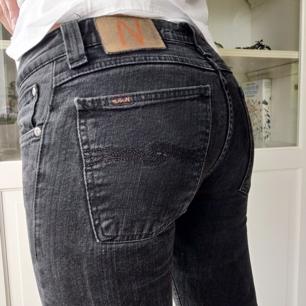 Gråsvarta tajta jeans från Nudie. Tyvärr för små för mig. Innerbenslängd: 80 cm och midjemått är: 68. Säljes för 100 kr + frakt 🥰