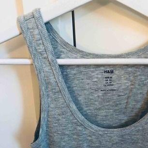 Grått ribbat linne från H&M, strl XS. Lite längre i modellen. Sparsamt använt 💫