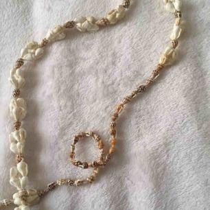 Jättecool snäck halsband full av riktiga snäckor använd bara 1 gång fint skick. Ni kan buda också. Halsbandet är längre ner än bilden syns inte hela på bild.