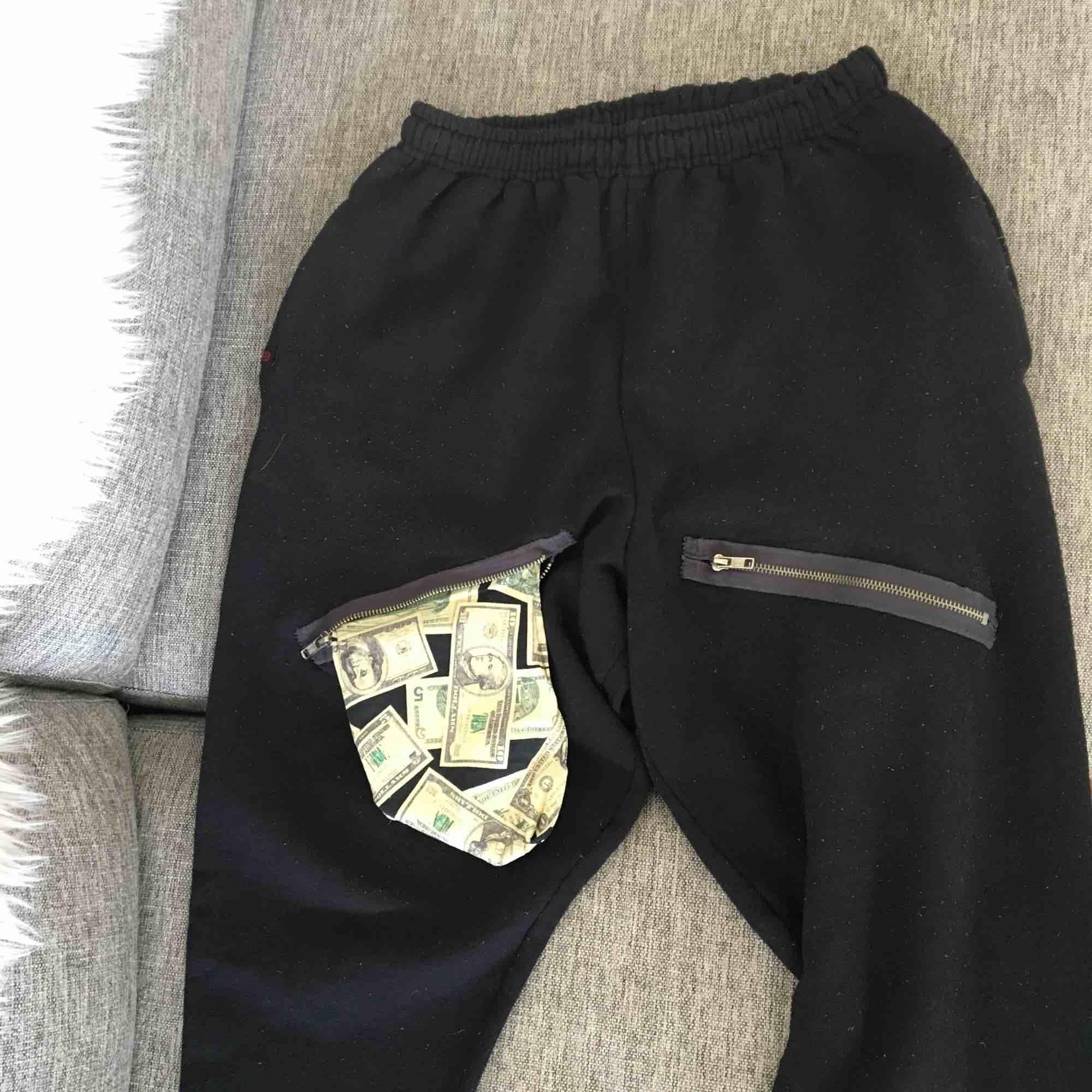 """Populära """"Justin Bieber byxor"""" från märket chahimomma. Väl använda, lite noppriga men det går att fixa med en rakhyvel. Nypris nästan 600kr  Kolla gärna mina andra annonser. Köparen står för eventuell frakt . Jeans & Byxor."""