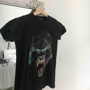 T-shirt ifrån Replay. Riktigt coolt tryck och lite längre i modellen. Nyskick