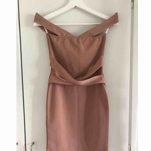 XXS/XS. Aldrig använd bara testad, prislappen är kvar. Nude/beige off-shoulder klänning.  Avhämtning eller så kan jag posta men då står köparen för frakten.