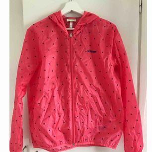 Rosa Adidas vindjacka i storleken M. Aldrig använd.