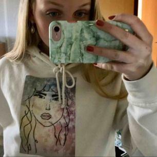 Jag har designat en egen fin och färggladhoodie☺️En av mina egna favoriter i min garderob faktiskt🤩Den kostar 350 kr plus frakt, hoppas ni gillar den🥰
