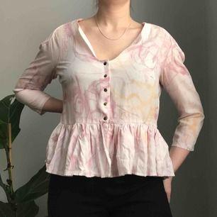 Unik blus med volang, tunna axelvaddar och mässingsfärgade knappar från Stine Goya for Weekday • blusen är puderrosa med detaljer i rosa och orange • storlek L men jag har vanligtvis storlek S så skulle rekommendera denna till S/M☀️ ☁️Frakt tillkommer☁️