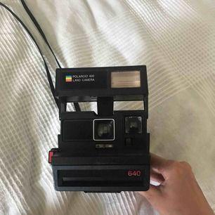 Polaroidkamera. Fungerande. Film ingår ej.  Frakt: 70kr.
