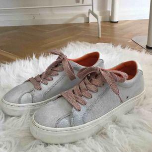 Glittriga sneakers från Zara, använda 1 gång. Frakt inkluderat och pris kan diskuteras!