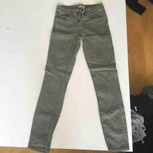 Militärgröna byxor, mycket stretchiga men sitter tajt. Från ginatricot orginal pris 399kr. Storlek 34 (xs) oanvända
