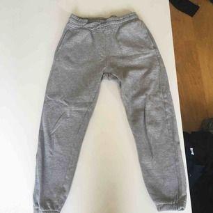 Sköna gråa mjukis med skönt material inuti.  Köpta för ca 200kr säljer pågrund av för små   Använda 2-3 ggr