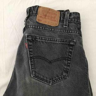 Vintage grå/svarta Levis jeans, har själv använt jeansen ca.2-3 gånger, men satt lite tajt för mig. Vill helst att jeansen hämtas i Stockholm.