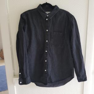 Snygg skjorta i storlek S! Jag brukar ha storleken M/38 men den passar perfekt!  Köparen står för frakten.