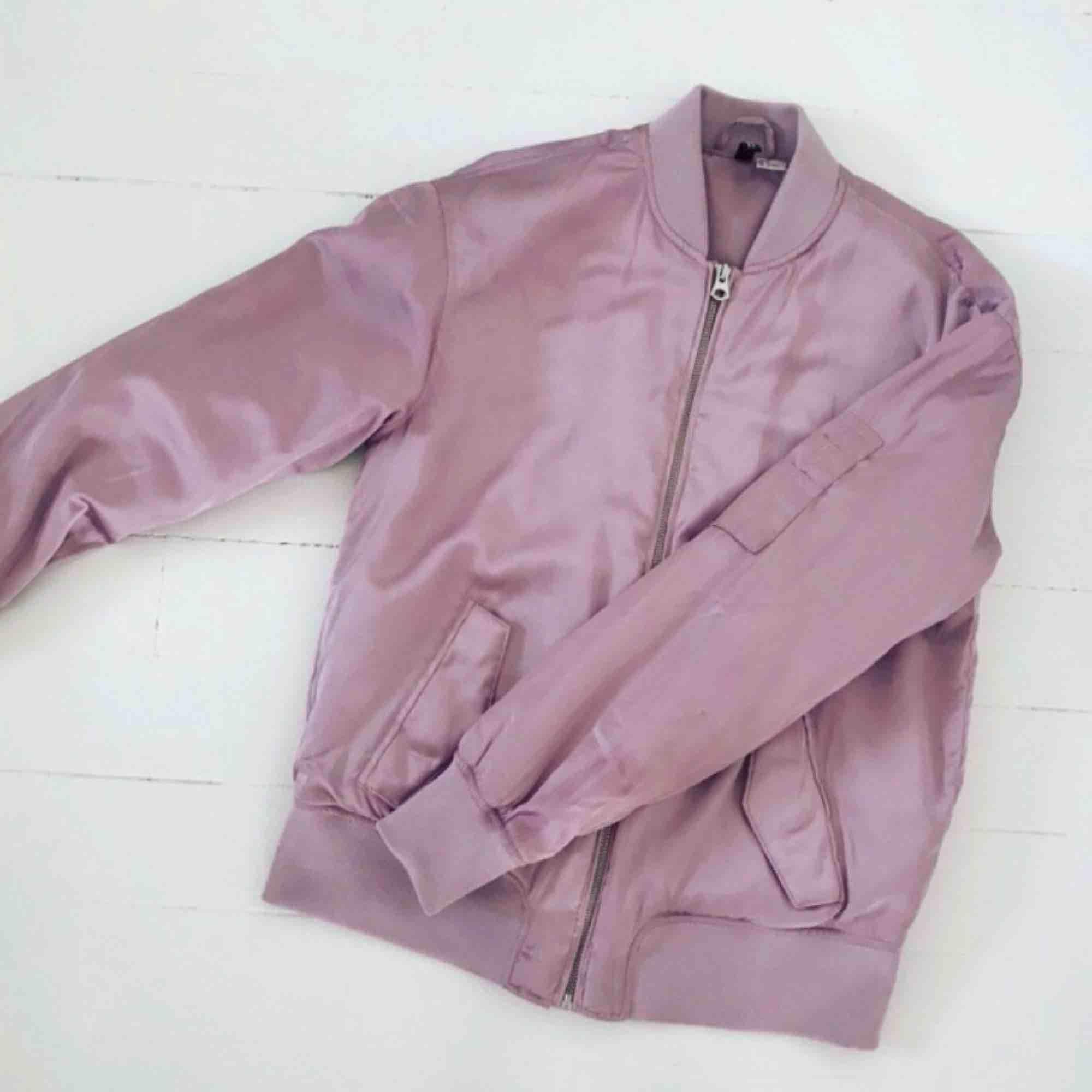 Rosa bomberjacka från H&M. Glansigt tyg och lite fodrad. Använd endast ett par gånger. Frakt 20kr.. Jackor.
