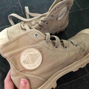 Säljer ett par skor från Palladium i strl 38. Sparsamt använda men något smutsiga, syns däremot inte jättemycket p.g.a färgen 😊 köparen står för frakten