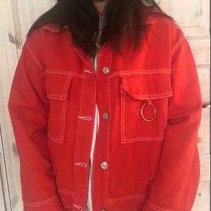 Röd jeansjacka med silverring