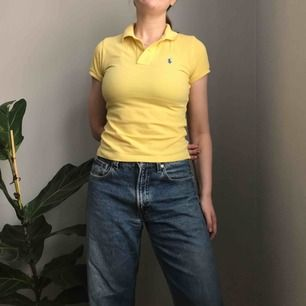 💌Frakt ingår!💌Gul skinny polo från Ralph Lauren i storlek XS • 100% bomull • i bra skick • jag har vanligtvis storlek S så sitter ganska tight på mig