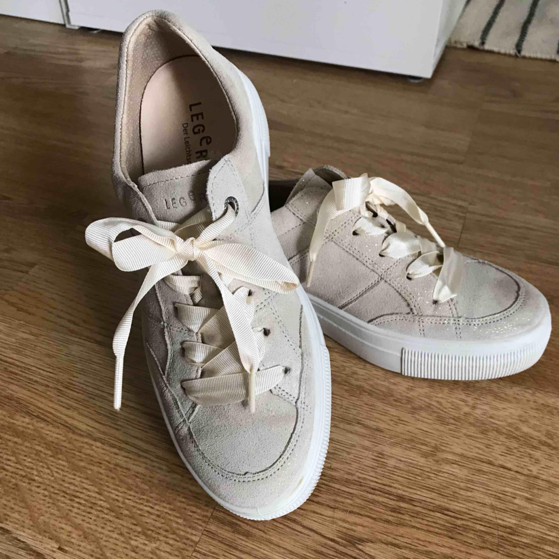 Oanvända (bortsett från en inomhusfotografering) Legero sneakers med skimrig mockautsida och otroligt bekväm och ergonomisk insida! 🌸 Fullpris runt tusenlappen . Skor.
