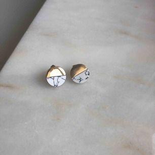 Örhängen som är hälften guldiga hälften marmor, helt oanvända! Andra bilden är för storleksjämförelse. Kommer tyvärr inte igår vart dom är ifrån, men inte äkta guld! Frakt ingår i priset!!🤩