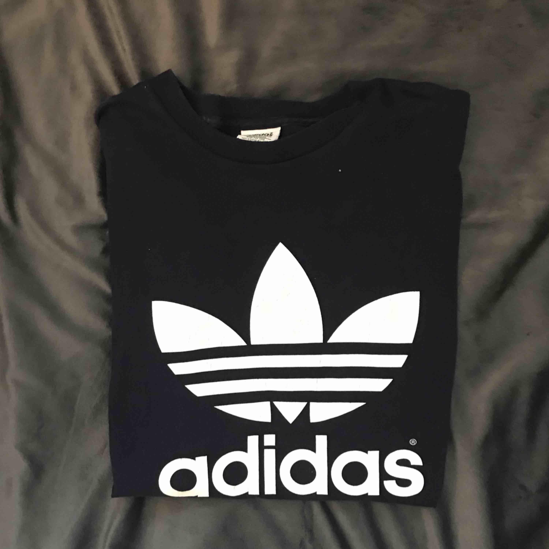 Vintage Adidas oversized T-shirt (använd som T-shirt klänning, jag är 169). Superskön och snygg vintage touch på märket. . Skjortor.
