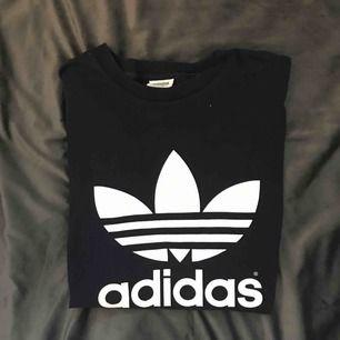 Vintage Adidas oversized T-shirt (använd som T-shirt klänning, jag är 169). Superskön och snygg vintage touch på märket.