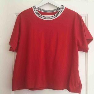 Helt oanvänd t-shirt som bara fått hänga i garderoben. Så känner väl att jag kan sälja den.  Den är lite croppad.