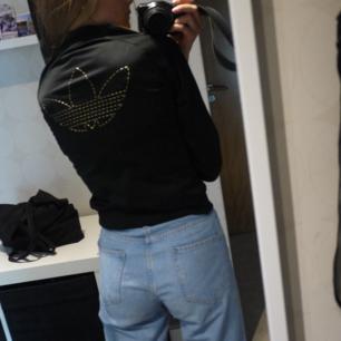 Adidas Jacka Svart med gulddetaljer och logga b4oderat på ryggen Storlek XS Köpare står för frakten Paketpris vid köp av flera grejer