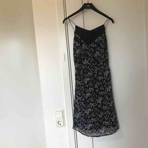 Söt klänning med tunna band! Tyvärr för liten för mig så därför den säljs!