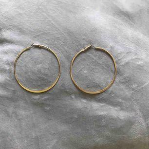 Stora hoops, guldfärgade örhängen. 9cm i diameter. Köpta på Glitter, aldrig använda.