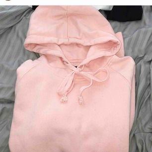 Jättefin & skön ljusrosa hoodie! Superfin nu till sommaren! Storlek M men sitter superbra (enligt mig) på mig som har S vanligtvis. Frakt inkluderad!