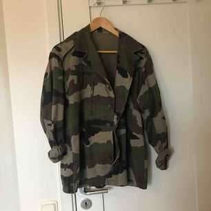 Skitsnygg camouflagejacka!! Köpt på en sida som säljer riktiga soldat och camouflagekläder, därav högt pris!