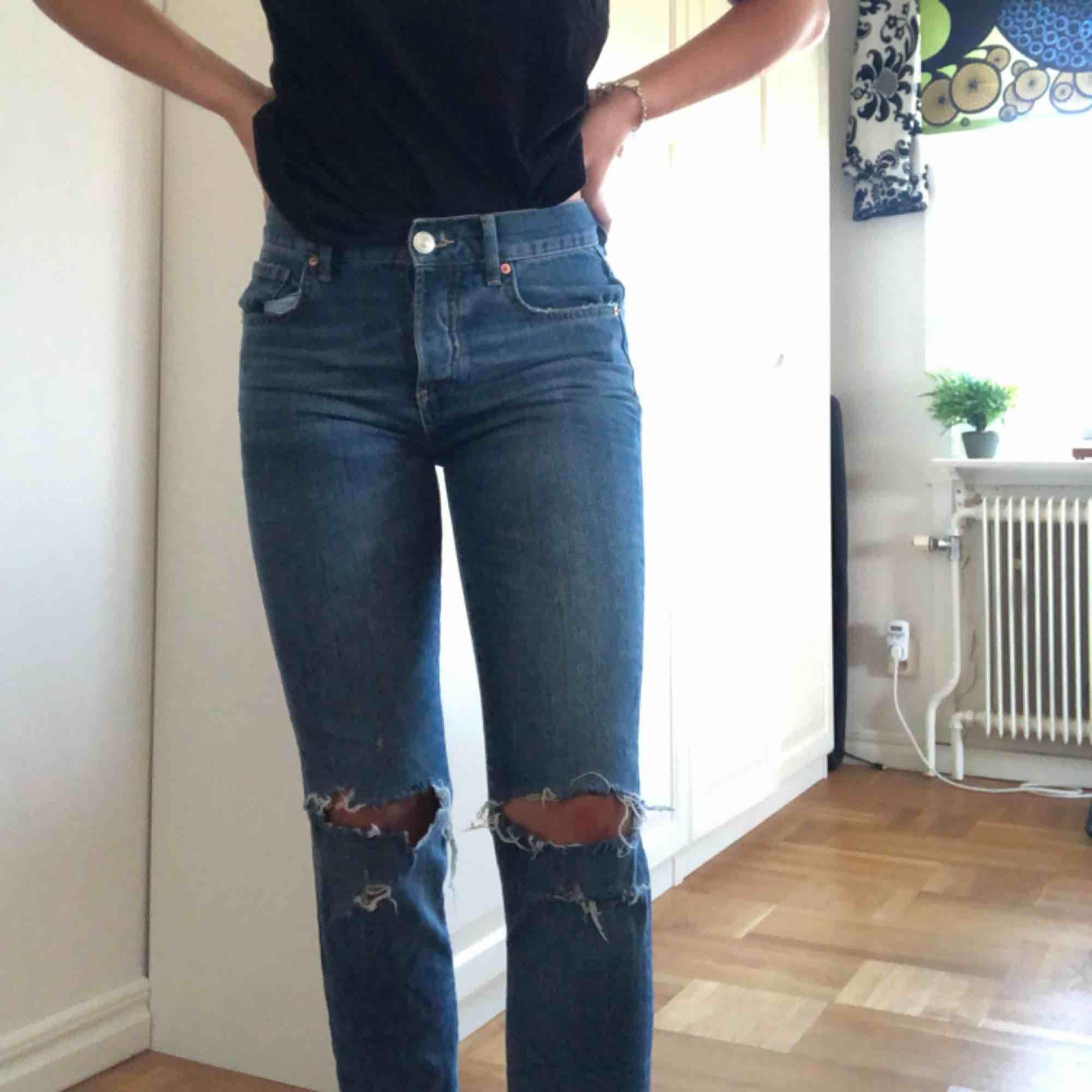 Slitna jeans från Ginatricot, endast använda en gång för att dom är för små för mig. Jeans & Byxor.