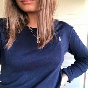 Långärmad tröja från Ralphlauren, marinblå med ljusrosa märke. Strl för 16 år men skulle bedöma som S/M. Säljer för att den är för stor på mig :(