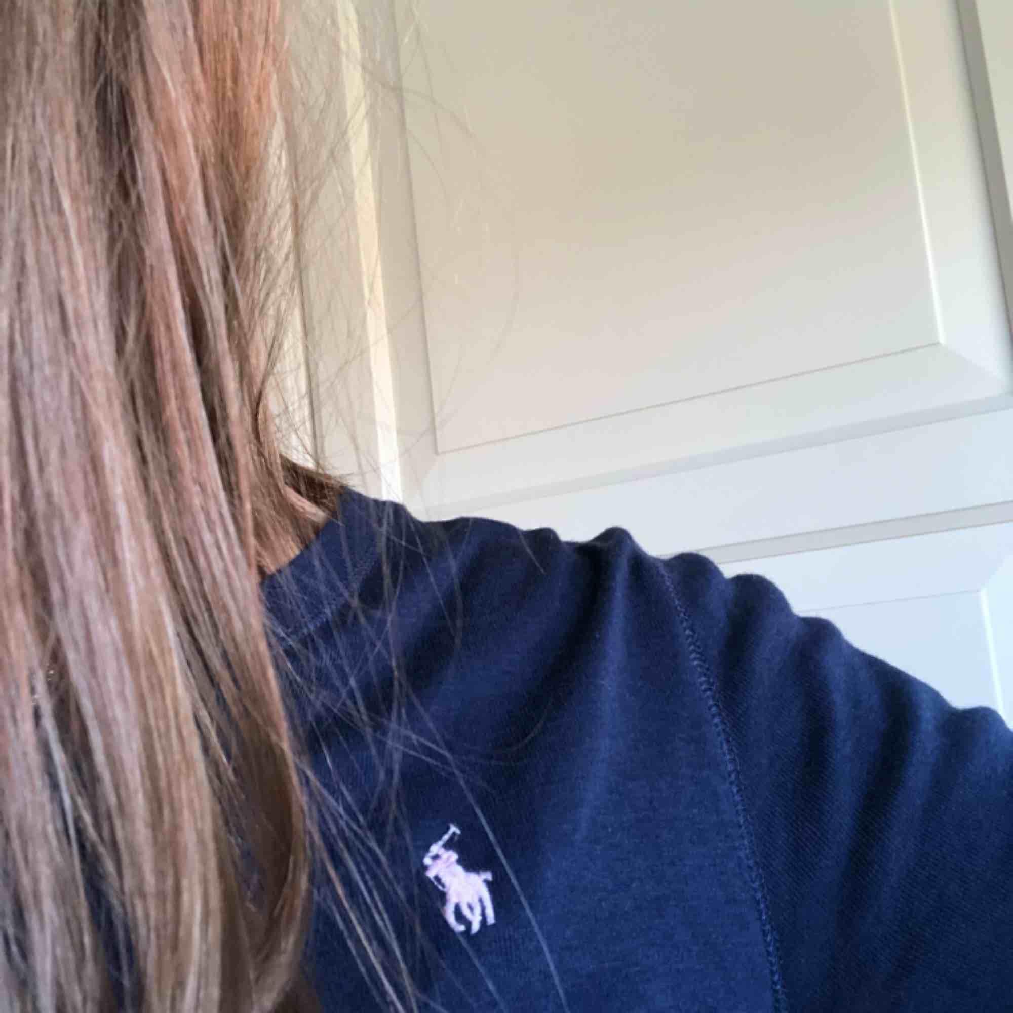 Långärmad tröja från Ralphlauren, marinblå med ljusrosa märke. Strl för 16 år men skulle bedöma som S/M. Säljer för att den är för stor på mig :(. Tröjor & Koftor.