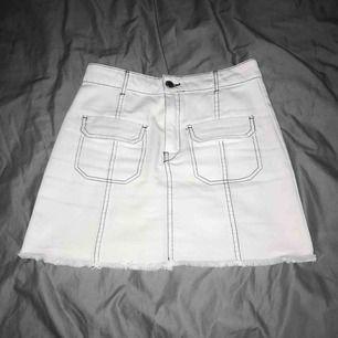 Snygg vit kjol med svarta sömmar! Från Zara! Använd knappt o köpte den för 400❤️