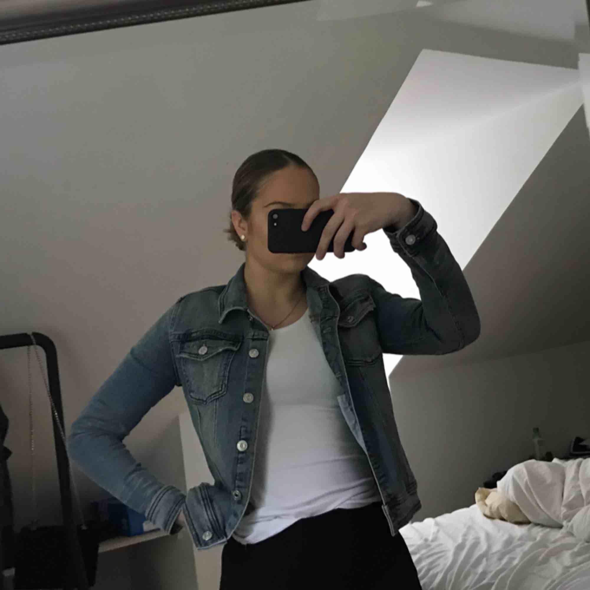 Snygg jeans jacka från zara, använt 1 gång. Säljer den för att jag ej passar i färgen. Frakten för 55. Jackor.