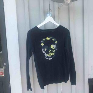 Mörkblå tröja ifrån Zadig&Voiltaire med en dödskalle på ryggen Nypris: ca 800kr