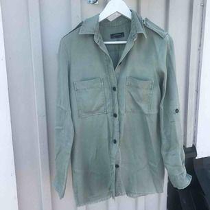 Militärfrön skjorta från Zara Väldigt gott skick, enbart använd 1-2 gånger Fransade kanter längst ner, detalj Nypris:400kr